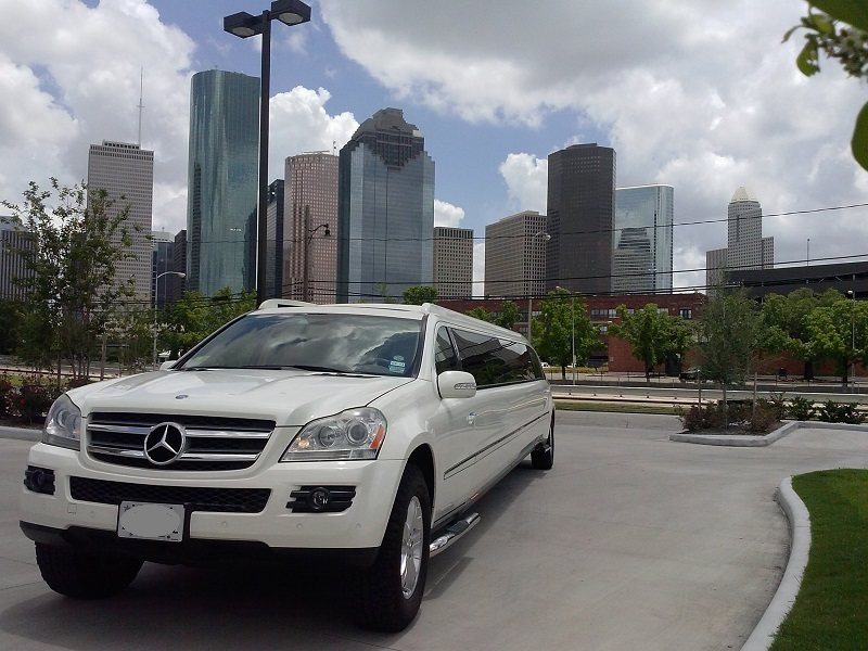 MERCEDES LIMO IN HOUSTON DOWN TOWN